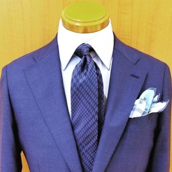 5fb89b6949c84 二次会で青のスーツを着こなす10のテクニック その8~上品に着こなすなら、ネクタイは同色orモノトーンの英国柄がオススメ!~