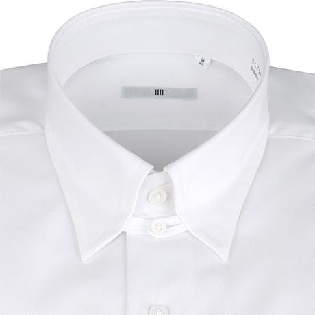 白のタブカラーシャツ襟元アップ
