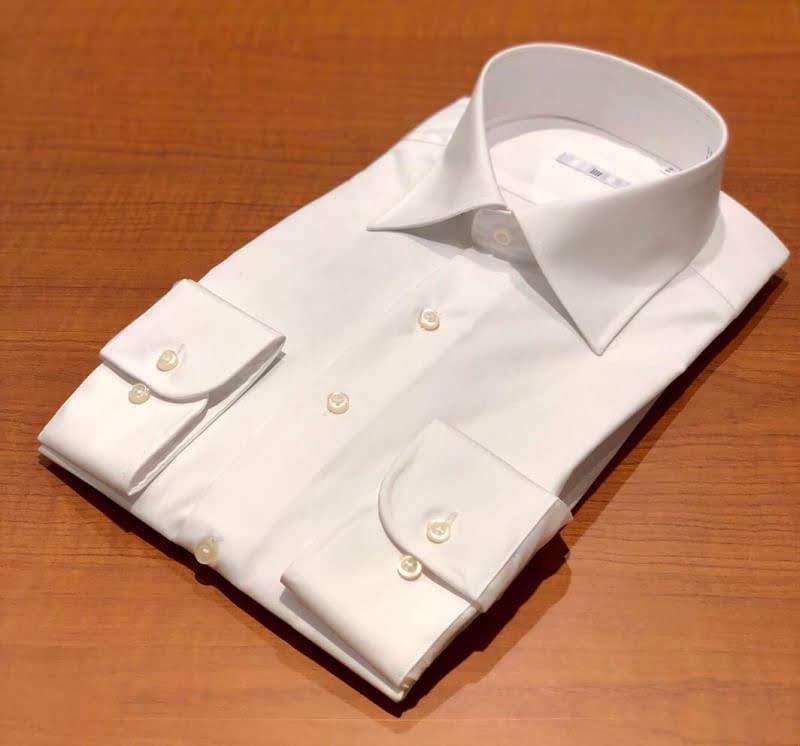 白のセミワイドカラーシャツ