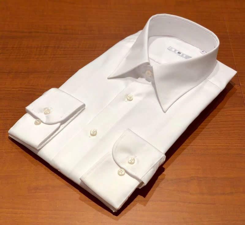 白のレギュラーカラーシャツ