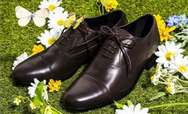 ネイビースーツに合わせる革靴はブラウンで決まり!?