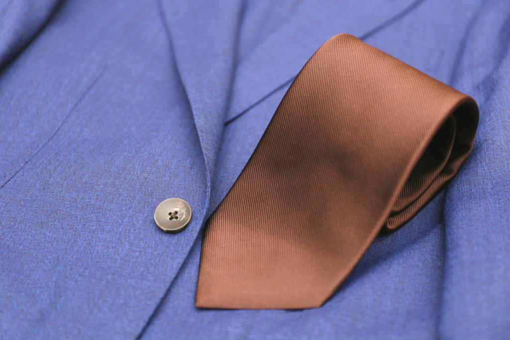 ネイビースーツ ブラウンのネクタイ