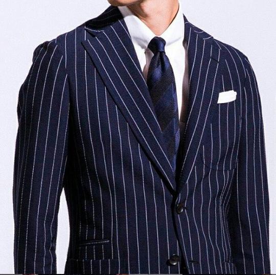 紺 の スーツ に 合う ネクタイ
