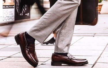 グレーのスーツに合わせたい革靴特集!
