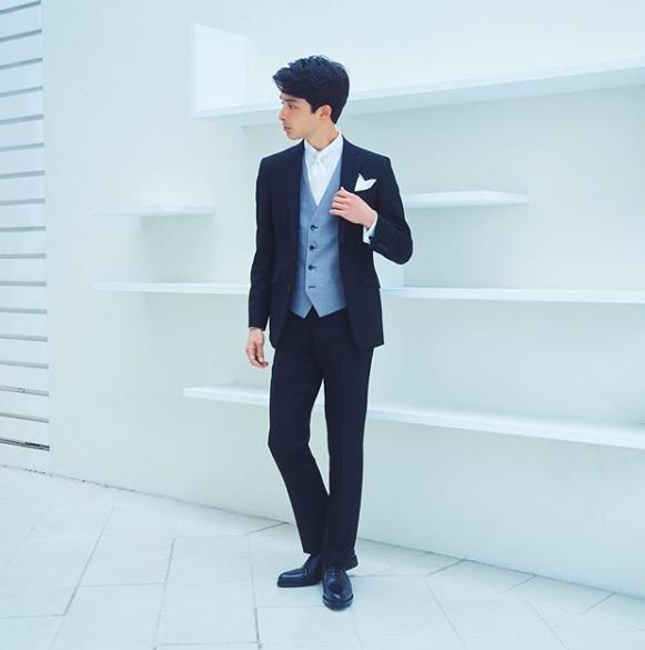 ブラックフォーマル(礼服)にライトグレーベスト(ジレ)、白シャツにシルバーのネクタイ、黒のストレートチップの革靴