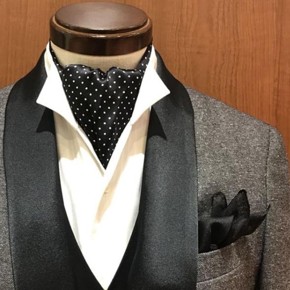 グレーショールカラータキシードに、黒のベスト、白のイタリアンカラーシャツ、黒のドットのアスコットスカーフ、黒のシルク素材のチーフ
