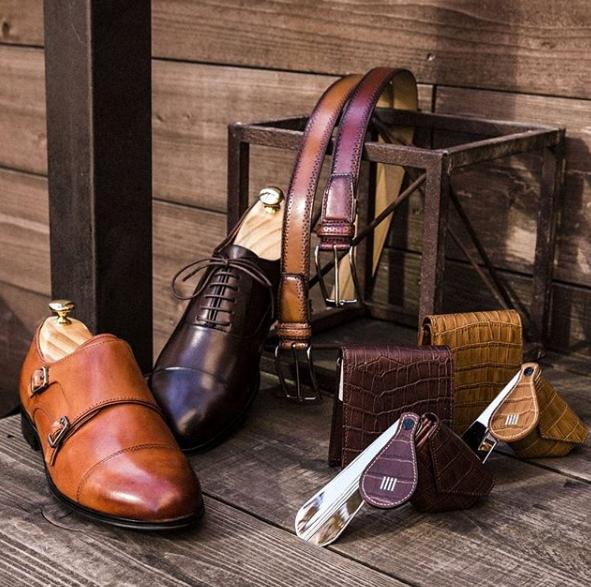 茶色の革靴、ベルト、小物