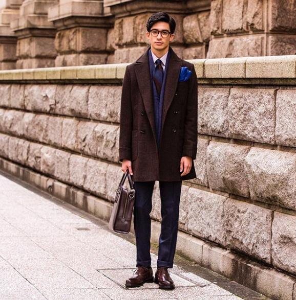 ネイビースーツと茶色の革靴のコーディネート