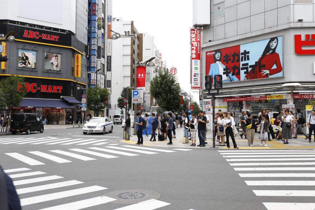 新宿通り交差点(ABCマートとビックカメラの間)