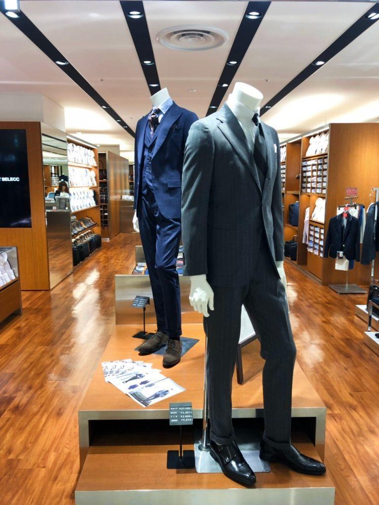 川崎ルフロンの店頭リアルマネキン2体(グレーのスーツとブルーのスリーピーススーツ)