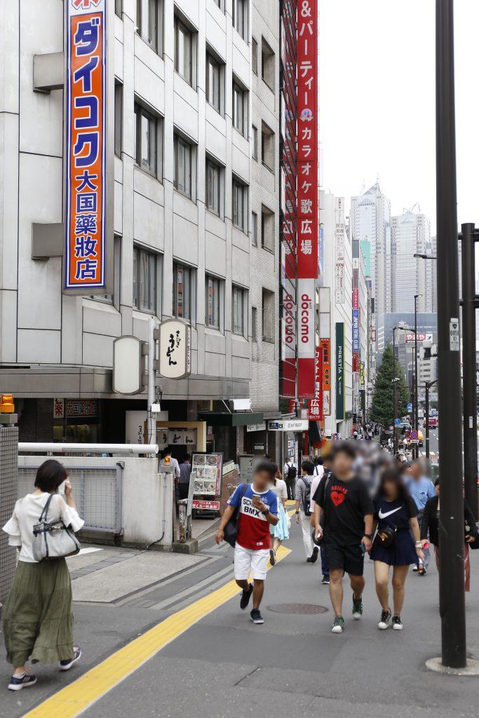 スーツセレクト新宿南の手前の道