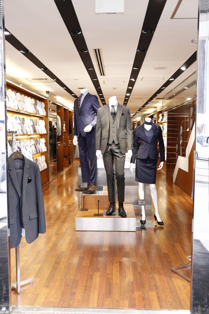 スーツセレクト新宿南店頭のリアルマネキン(メンズのスーツ2体、レディースのスーツ1体)