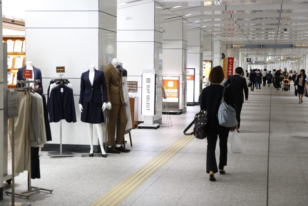 新宿駅西口地下通路(スーツセレクト新宿西店前)