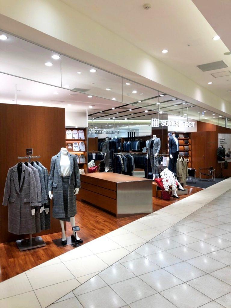 スーツセレクト札幌パセオの店頭。 通路に沿って全てが入り口であるため入りやすい。 手前には増設されたレディースコーナー。奥には新設されたパターンオーダーコーナー