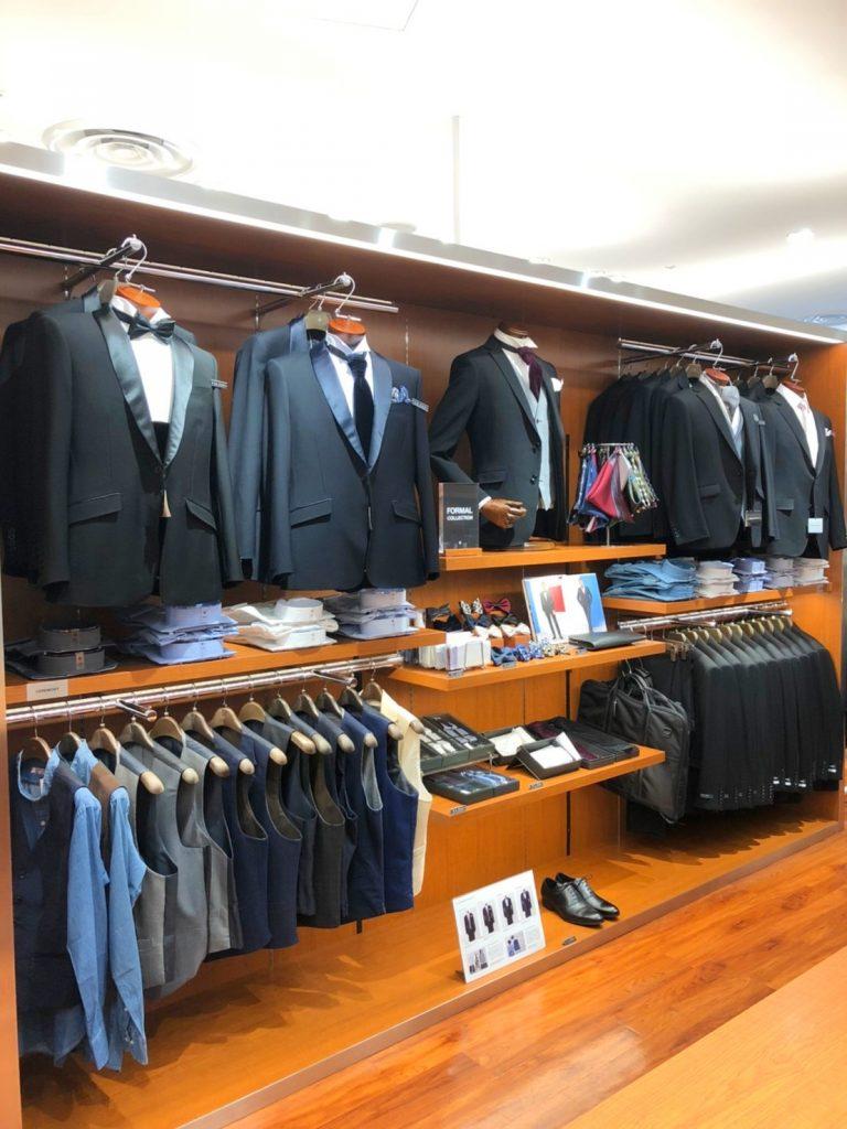 フォーマルコーナー。 ブラックとネイビーのタキシード。 ウィングカラーシャツ、ベスト(ジレ)、サスペンダー、ボウタイ(蝶ネクタイ)、バロックタイ、ポケットチーフ、ガーメントバッグ