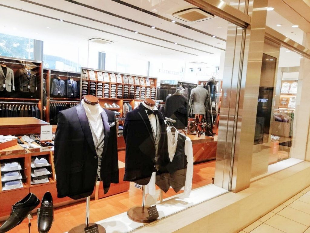 スーツセレクト札幌大通りを外からみた風景。ガラス越しにフォーマルスーツの着こなしを見ることができます。