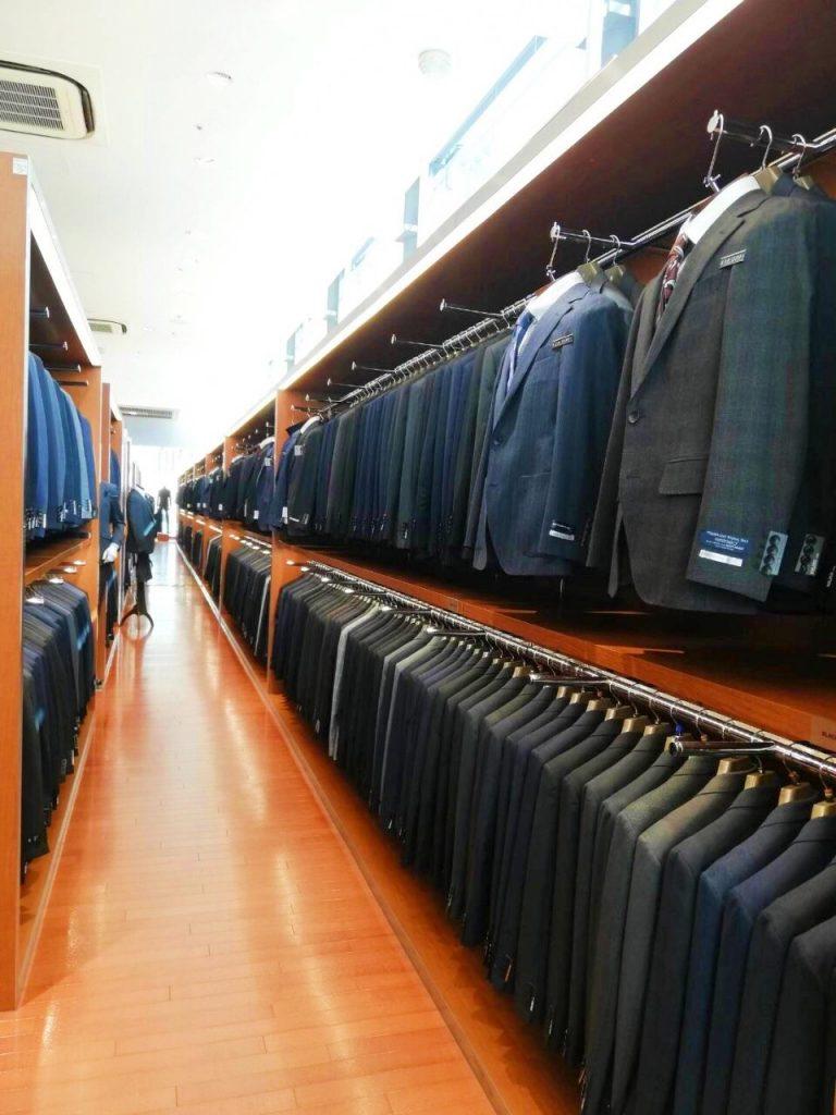 広いスーツコーナー。5つの身長毎に4つのウエストサイズでコーナーが分かれている