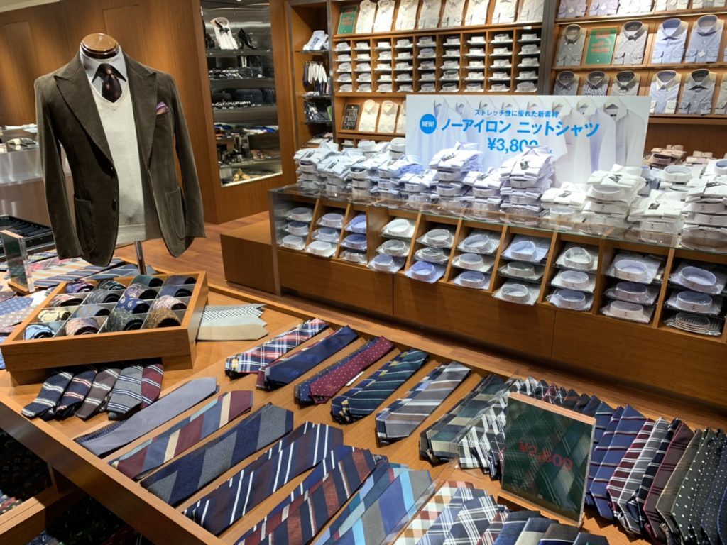 ノーアイロンニットシャツの陳列、バリエーション豊富なネクタイコーナー(ウール素材、レジメンタルストライプ、チェック、小紋柄、ドット柄、ソリッド柄等)