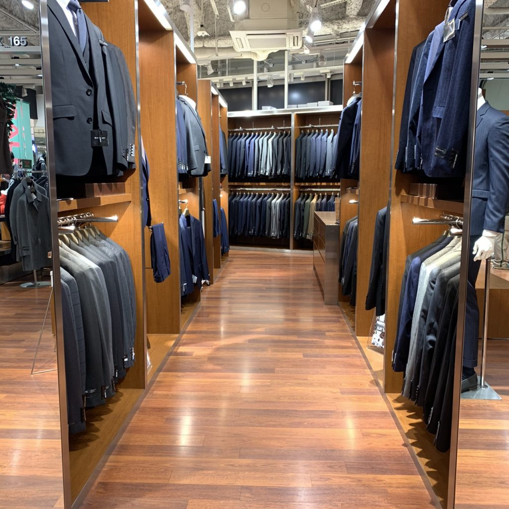 スーツセレクトスーツクローゼット(サイズ毎に様々な色柄シルエットのスーツが並んでいます))