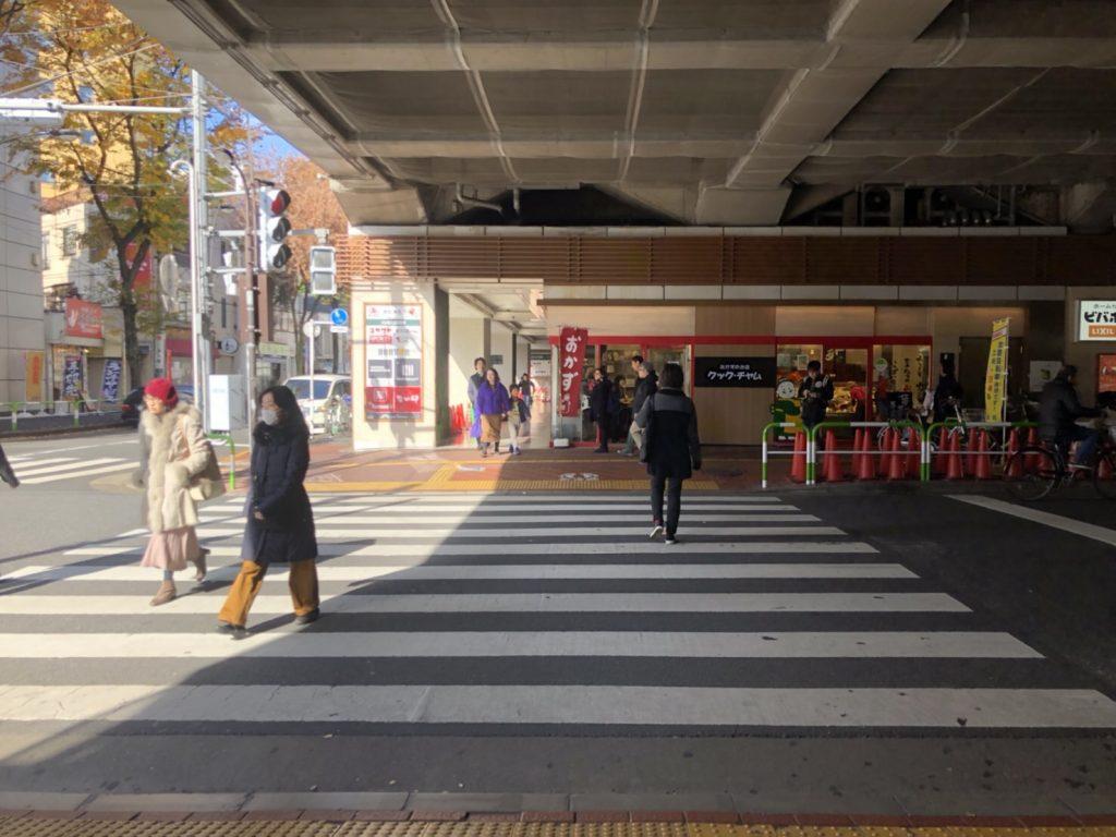 ビーンズ赤羽とビーンズテラスの間の横断歩道