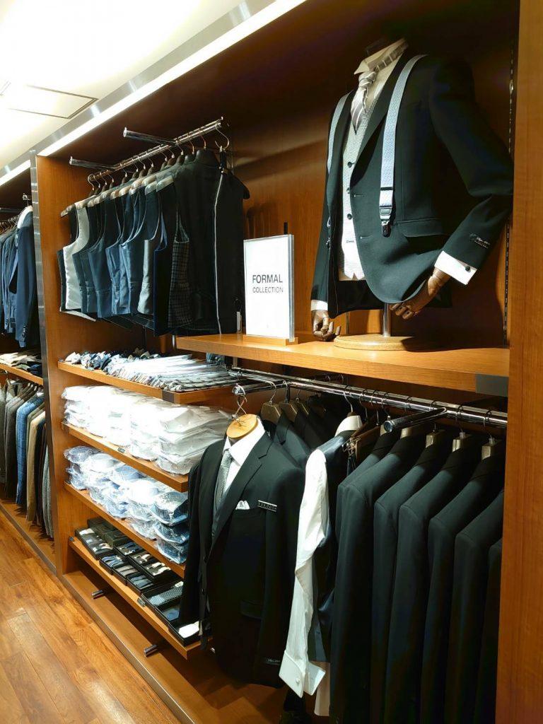 フォーマルコーナー 冠婚葬祭で着用できるブラックスーツ。 ジレ(ベスト)のバリエーションを展開。 ウィングカラーシャツやバロックタイ、アスコットタイも展開。