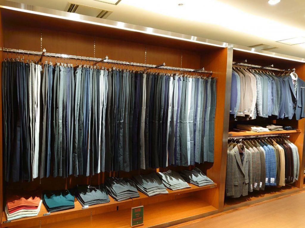 向かって左側のクローゼットはパンツコーナー。 スキニー、スリムテーパード、クラシコテーパード、KSW様々なシルエットがあります。 色もネイビー、グレー、ブラック、ブルー、ブラウン。 柄も無地、ストライプ、チェックなど豊富です。 向かって右側はジャケットコーナー。 人気のハリスツイードを中心に、様々な色柄のジャケットが陳列されています。