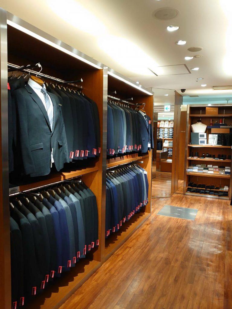 スーツコーナーは、5つの身長毎に4つのウエストサイズを展開。 色はブラック、ネイビー、ブルー、グレー、ブラウン、ブラック。 柄はソリッド(無地)、ストライプ、チェック、ウインドーペーン、グレナカートチェックと並びます。