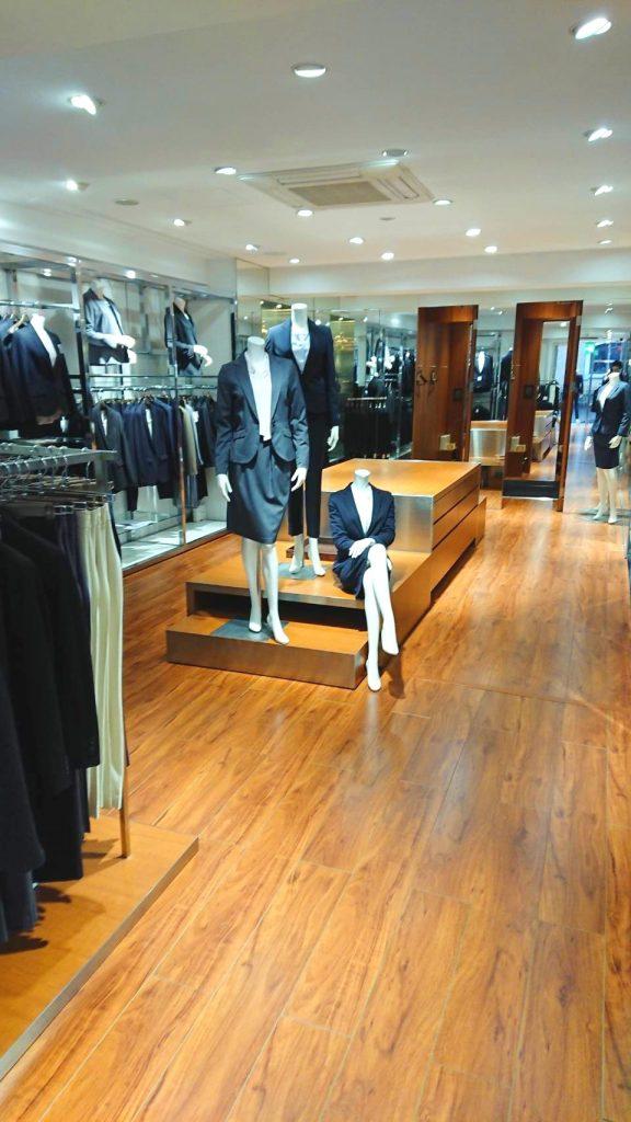 3階のレディースコーナー 正面には3体のマネキンが並びます。(ネイビーのスカートスーツとネイビーのパンツスーツ、そしてグレーのスカートスーツ) 3階はレディースアイテムのみの展開。 フィッティングルームも2つあります。