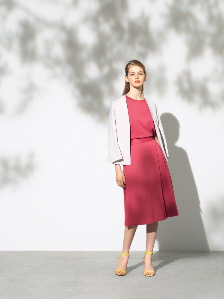 程よいリラックス感のあるオーバーサイズT型トップス(赤色)→シンプルな印象ながら、凝った縫製仕様の袖デザインや、後ろ身頃の切り替え、後ろ下がりの裾デザイン等、様々な着こなしに対応できる1着です。共にのアシンメトリー、ミモレ丈Aラインスカートを着用。ライトグレーのノーカーラージャケットを着用してます。