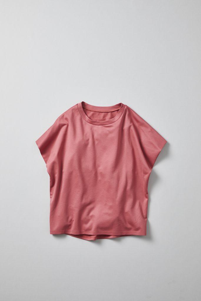 程よいリラックス感のあるオーバーサイズT型トップス(赤色)→シンプルな印象ながら、凝った縫製仕様の袖デザインや、後ろ身頃の切り替え、後ろ下がりの裾デザイン等、様々な着こなしに対応できる1着です。