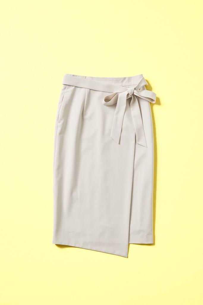 ライトベージュのラップスカート。後ろゴムシャーリングの巻きスカート風デザイン。共生地サッシュベルト付き