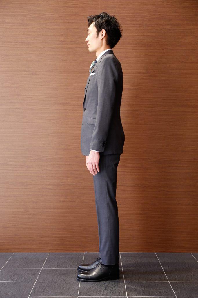 ライトグレーの無地スリーピース(ジョーゼット組織)白シャツにグリーン×ネイビーのチェックのネクタイ。