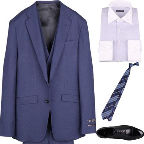 左 →4Sバーズアイ柄のブルーのスリーピーススーツ。 右(上から) ライトグレーのクレリックシャツ ネイビーのチェック柄ネクタイ。 黒のストレートチップ