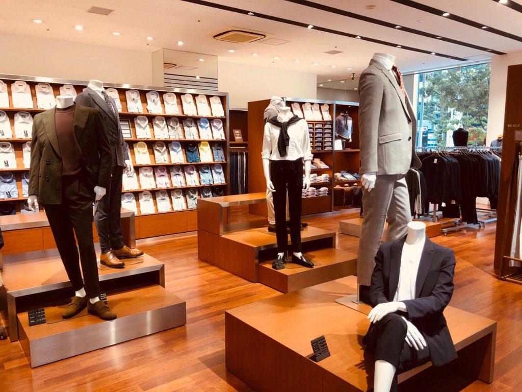 店内中央部では、数多くのリアルマネキンがお出迎え。 タイドアップスタイル、アンタイドスタイル、ジャケパンスタイル、シャツスタイル
