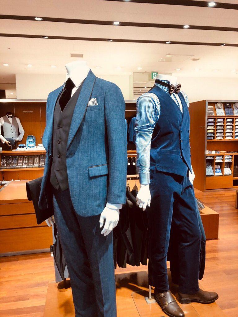 ショールカラーのスーツにベストを着たウェディングスタイルとベストに蝶ネクタイをつけたパーティースタイル