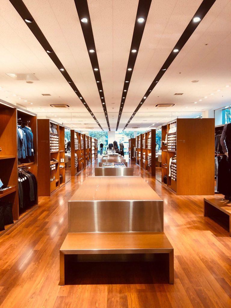 スーツセレクト博多。 店内中央。 大きなコーディネートするファンステージ、そしてネクタイコーナー。 両サイドにはシャツコーナーが並びます。