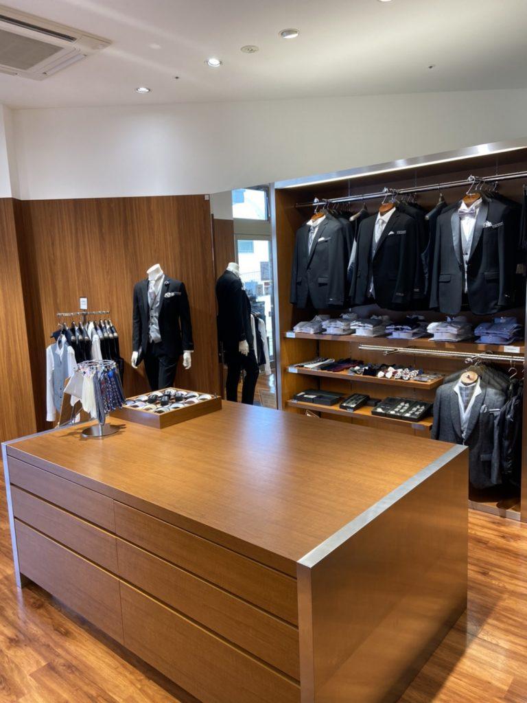 フォーマルコーナー タキシード、ブラックスーツ、礼服を展開。 ベスト、ウィングカラーシャツ、アスコットタイ、ボウタイ、サスペンダー、ポケットチーフも展開
