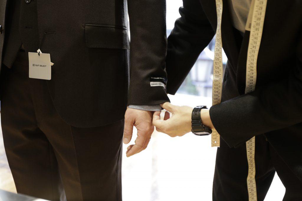 スタッフがお客様のサイズを採寸中。